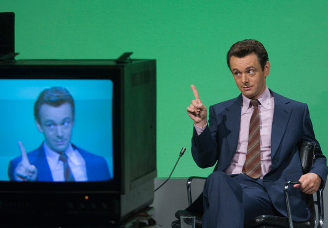 "Clough im TV-Studio in ""The Damned United"""