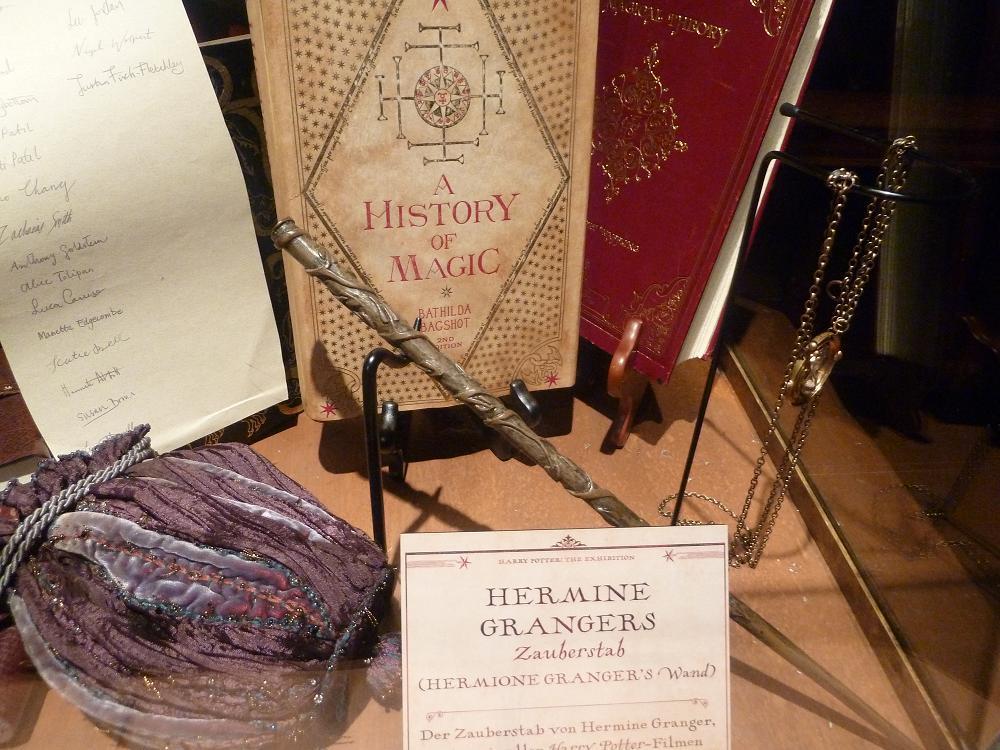 Harry Potter The Exhibition Hermines Schaukasten