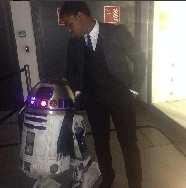 Star Wars Episode VII Drehende  John Boyega R2D2