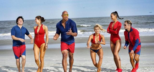 Baywatch: Rote Shorts und Bikinis auf den ersten offiziellen Cast-Fotos