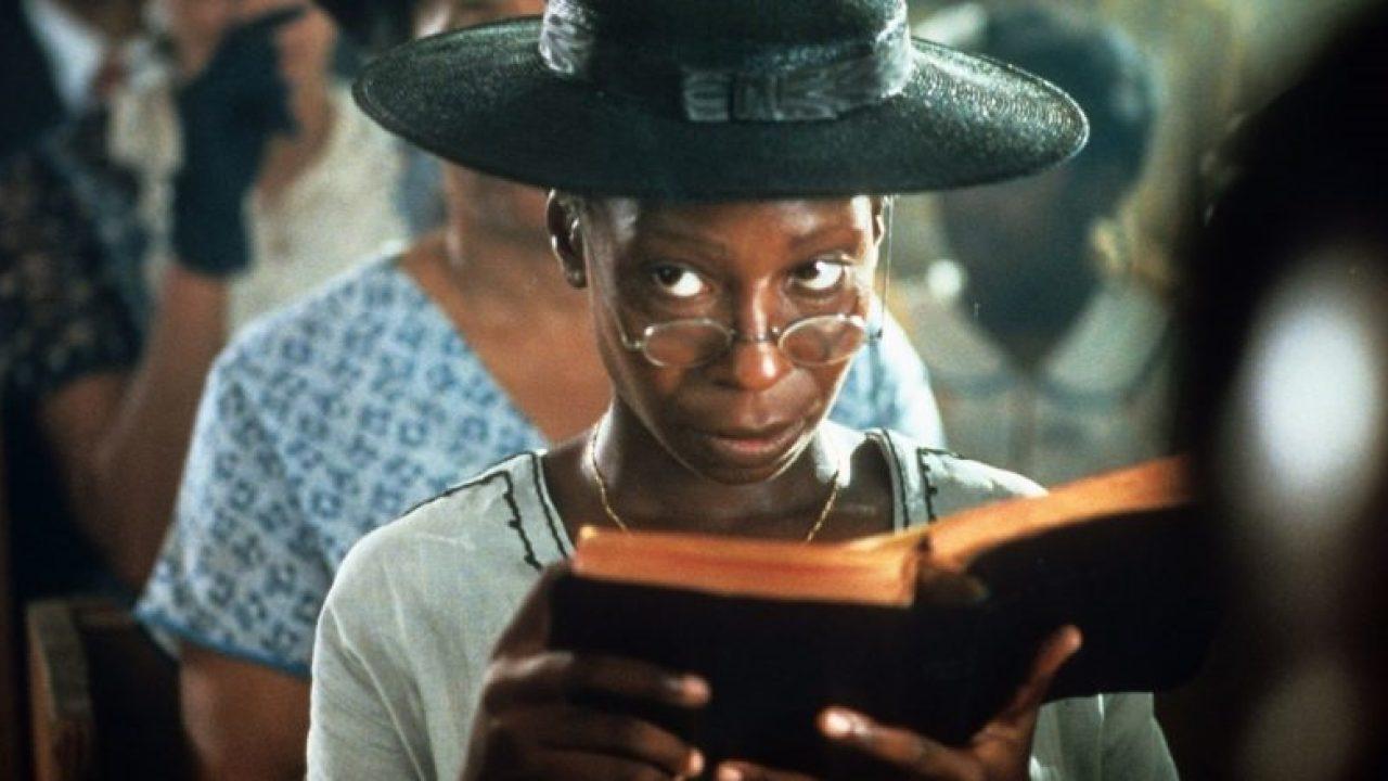 Whoopi Goldberg liest in der Kirche ein Buch